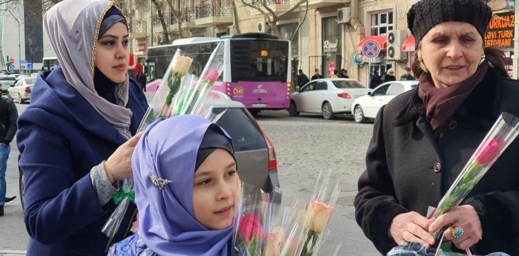 Həzrət Zəhranın (s.ə) mövludu ilə əlaqədar Bakıda gül paylanılıb – FOTO
